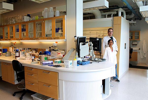 Éric Jolicoeur et Sasmita Tripathy, agents de recherche  à la plate-forme de chimie médicinale de l'IRIC